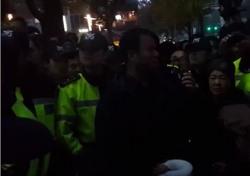 """(동영상) 엄마부대 주옥순 대표, 여고생 폭행 난동 직후 현장 영상 보니…""""때린 사람을 왜 보호하나?"""" 시민 분노"""