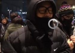 """'여혐논란'으로 촛불집회 공연 무산 DJ DOC, 이하늘 """"마이크 대신 촛불"""" 들었다"""