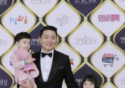 [V포토] 이범수, 붕어빵 소다남매와 방송국 나들이 (KBS 연예대상)