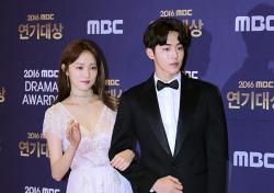 [V포토] 남주혁-이성경, 기억 조작 유발 커플...'대학가면 이런 선배 있나요' (2016 MBC 연기대상)