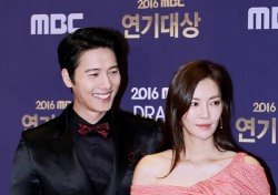 [V포토] 이상우-김소연, 실제 커플의 남다른 케미! '진정한 베스트 커플' (2016 MBC 연기대상)