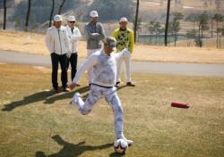 야구선수가 축구공을 차고, 축구선수가 야구볼을 던져 골프룰로 승부하면?