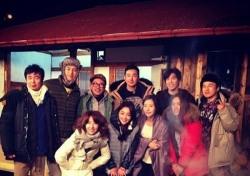 """[스낵뉴스] 류태준, '불타는 청춘' 식구들과 단체사진 공개...""""진짜 가족같네"""""""