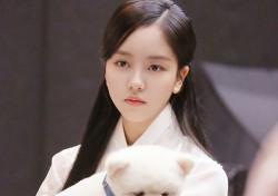 """[스낵뉴스] """"넌 누구니?""""…김소현, 깜찍한 강아지 안으니 미모도 '활짝'"""