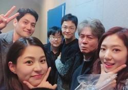 박신혜, 영화 '침묵' 인증샷 공개...깜찍 V라인