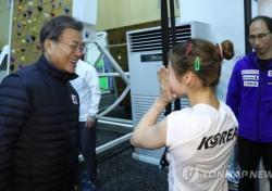 """文, 진천 선수촌 방문…""""女국가대표 흘린 눈물 손수 닦아줘"""""""