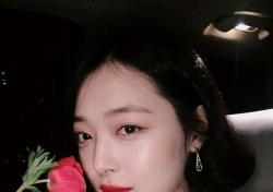 설리, 붉은 옷 입고 빨간 장미와...남심 홀리는 묘한 눈빛