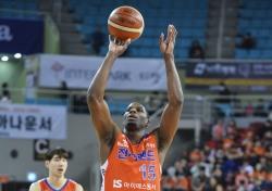 [프로농구] '브라운 39득점' 전자랜드, KCC 꺾고 4강 플레이오프까지 1승 남겨