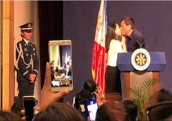 두테르테 필리핀 대통령, 마노 대신 '이것'?…방한 중 이게 무슨일?