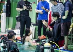 뮤지컬 '바넘 : 위대한 쇼', 유준상 수중촬영 비하인드 공개… 8월 개막
