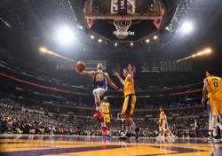 [NBA] '엉덩방아 굴욕' 커리의 아찔한 실수, 누리꾼 반응은 폭발적
