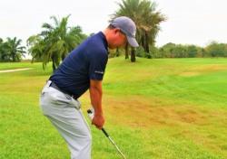 [최완욱의 골프 클리닉] 발끝 내리막에서의 샷 방법