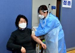 봉화군 1호 백신 접종자는 노인전문요양병원 김성희 원무부장...코로나 19 조기종식되길