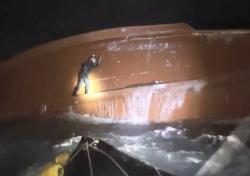 독도 해상 전복 어선…2명 구조, 1명 숨진 채 발견