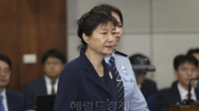 """박근혜, 법정서 휴대전화 사용 """"딱 걸렸네..."""