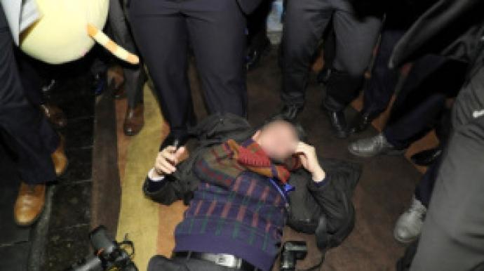 '한국 기자폭행' 외신은 경악-中언론은...