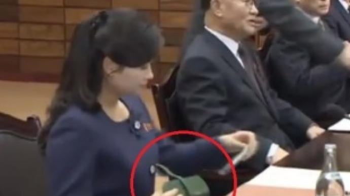 군복 벗은 현송월, 손에는 2500만원짜리 ...