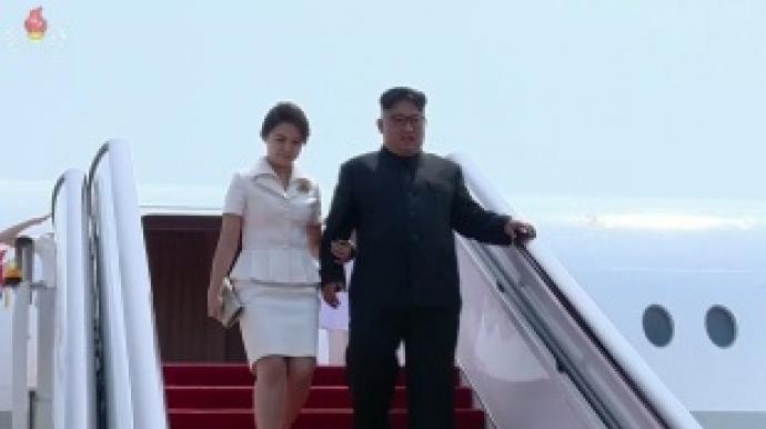 리설주, 김정은 팔짱 끼고 민소매 입고…...