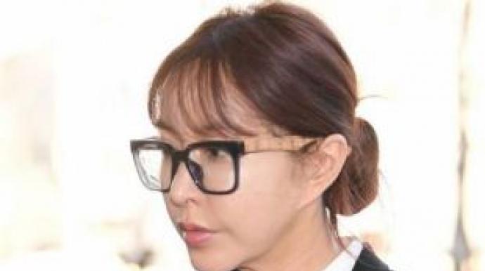 어두운 표정의 슈, 도박혐의 1차 공판 출...