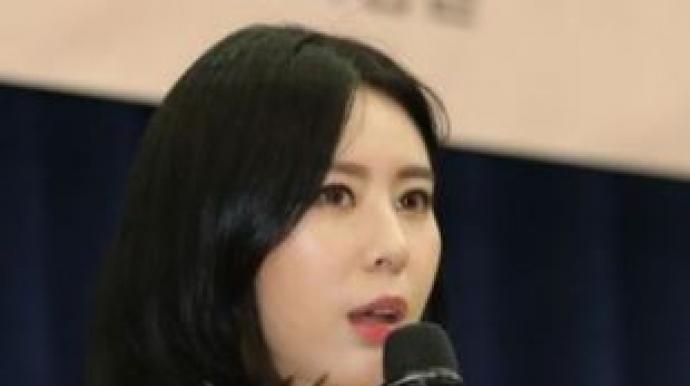 """윤지오 """"꽃바구니에 카드"""" 주장…경찰 ..."""