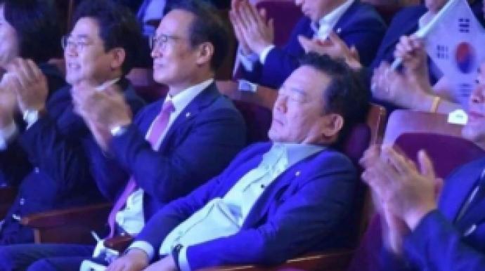 민경욱, 광복절 기념행사 도중 숙면 '의...
