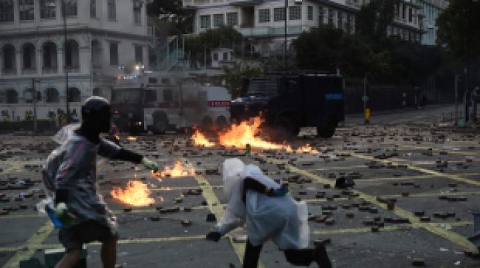 홍콩시위 격화… 경찰 음향대포 쏘자 시위...