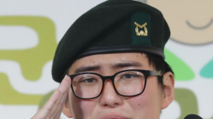 """전역 통보받은 성전환 하사 """"훌륭한 군인..."""