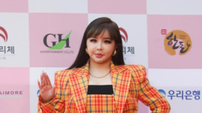 박봄, 확 달라진 얼굴·몸매…초미니 스커...