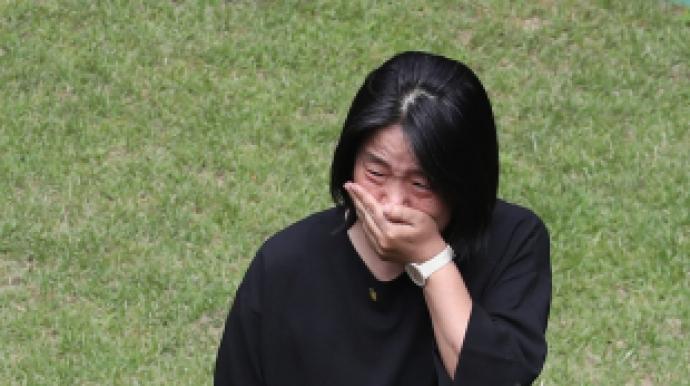 """눈물 흘리는 윤미향…檢 """"쉼터 소장, 출석..."""