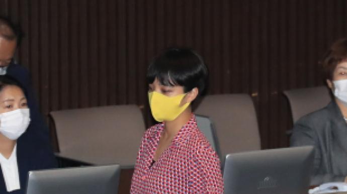 분홍원피스·반바지…'복장 논란' 류호...
