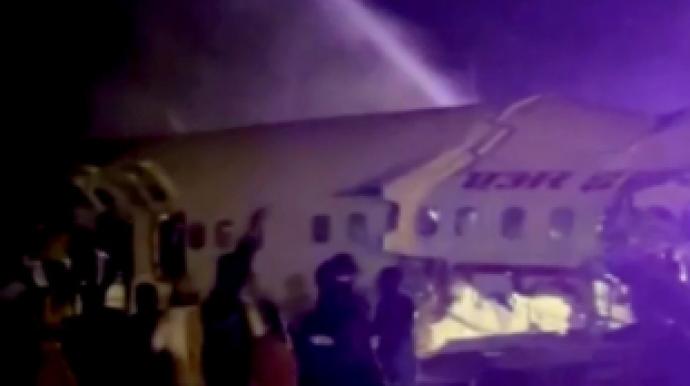 印여객기 착륙하다 '두동강'…18명 사망...