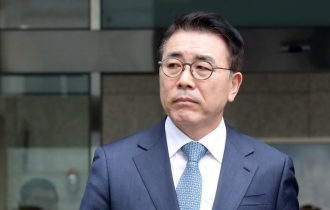 Shinhan chief gets suspended sentence over influence-peddling charges