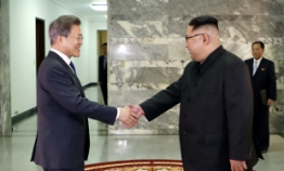 Two Koreas' leaders hold surprise meeting amid uncertainty over US-NK summit