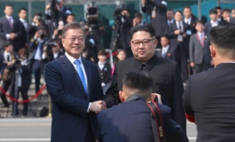 Three chaebol chiefs join Moon's Pyongyang trip