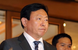 Lotte chief becomes white knight for SK's Toshiba bid