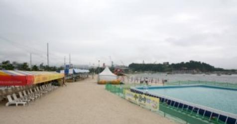 폐장 앞둔 동해안 해수욕장 궂은 날씨에 '썰렁'