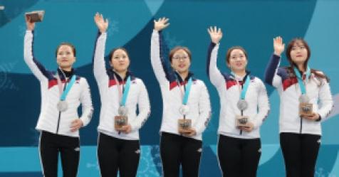 사상 첫 컬링 메달 '팀 킴' ...시상대에선 환한 '은빛 미소...