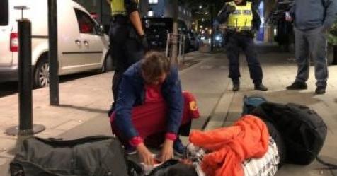 스웨덴 中 관광객들, 警 상대 뒹굴며 자해공갈쇼