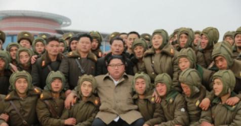 김정은, 전투비행술대회 참관 이어 낙하산 훈련 지도