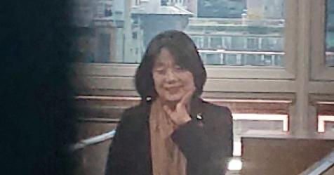 윤미향 '나비배지' 달고 국회 출근…보좌진 5명 채용