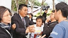 홍콩 도날드창 행정장관 `주먹밥 테러' 당해