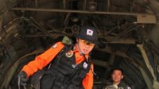 <포토뉴스> 수송기에서 내리는 119구조대원