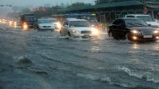'멈추지 않는 폭우' 시민들의 눈은 뉴스로…