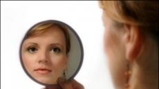 """美20대 여성 """"거울 없이 6개월 살아보니…"""""""