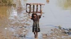 필리핀 소녀의 두려운 발걸음..폭풍우 참사