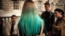 금발 여성 수백명 하룻밤새 녹색 머리로 변해..범인은?