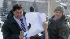 <포토뉴스> '즐거운(?) 진압'..가스프롬 나체 시위