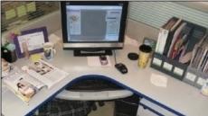 사무실에서 몰래 자는 법 '화제'…책상 밑이 침실?