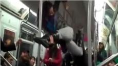 지하철 체조녀 등장…봉춤에 환상적인 착지까지