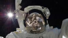 우주 최고 셀카…헬멧에 지구모습 '선명'